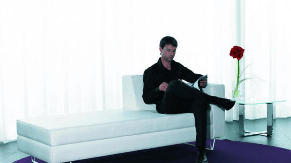 Siéntate y siéntete como en casa con la colección de sillas y butacas Mizar