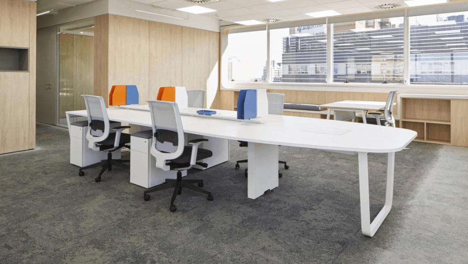 Sillas y mesa en la oficina de Manpower